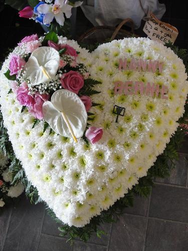 Corazon-funebre-en-pompon-rosas-y-anturios.-140.000-180.000-220.000
