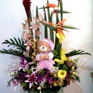 Jardinera en Callas cymbidium lirios dendrobium ginger y hojas de lino con muñeco. 150.000 200.000 250.000 300x300 Tienda