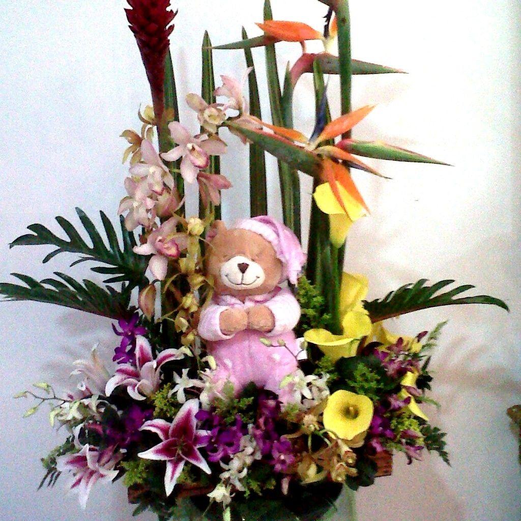 Jardinera en Callas, cymbidium, lirios, dendrobium, ginger y hojas de lino con muñeco. $ 150.000 $200.000 $ 250.000