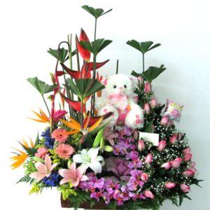Jardinera en rosas y flores exoticas con muñeco y globo 150.000 180.000 220.000 300x300 Tienda