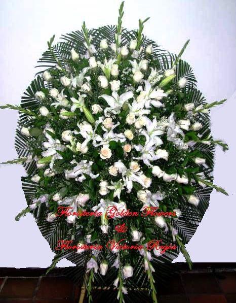 Pedestal en lirios y rosas blanco