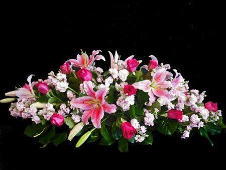Ramo-funebre-tradicional-en-rosas-lirios-y-aleli.-65.000-85.000-105.000