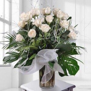 jarron de cristal con rosas blancas 300x300 Tienda