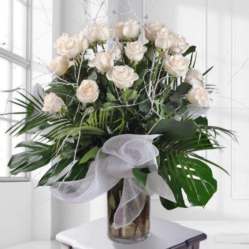 jarron-de-cristal-con-rosas-blancas