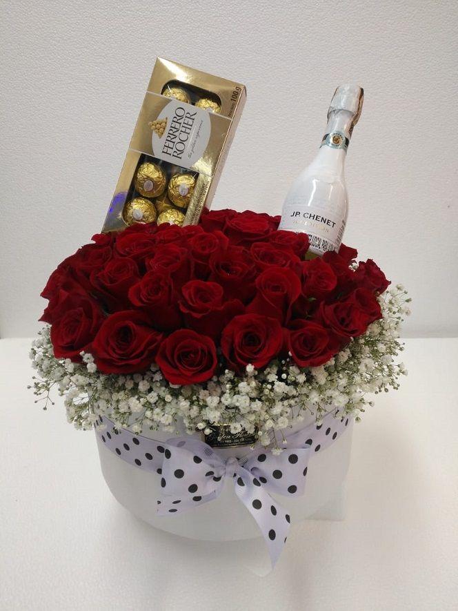 Caja con rosas, chocolates y vino espumoso